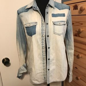 AMERICAN EAGLE blue jean snap front blouse